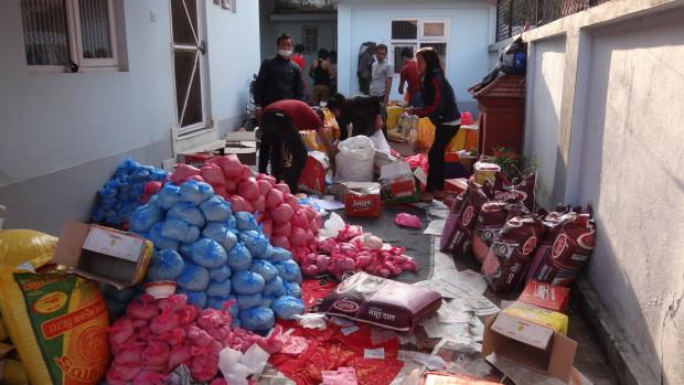 スタッフと学生ボランティアによる救援物資の袋詰め作業